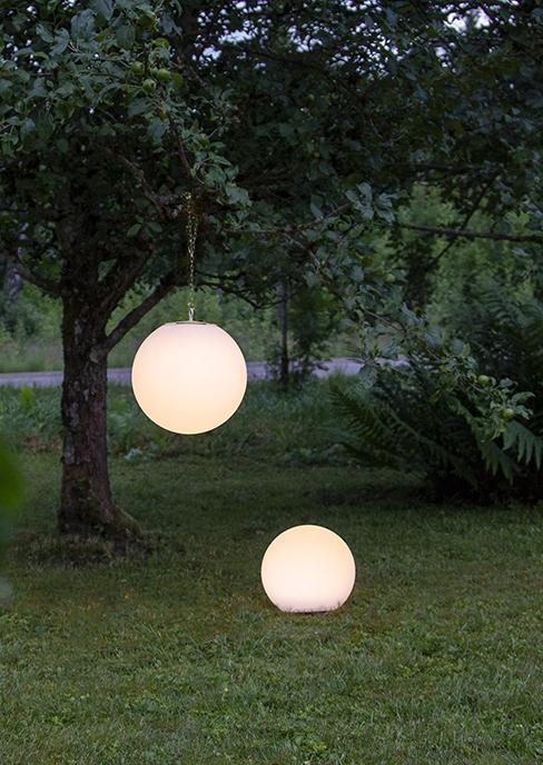 lampes solaires rondes accrochées dans un arbre