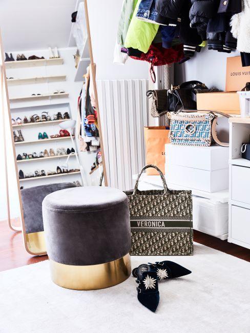 entree avec un pouf gris et rangement pour chaussures ouvert, boites de rangement blanches a cote