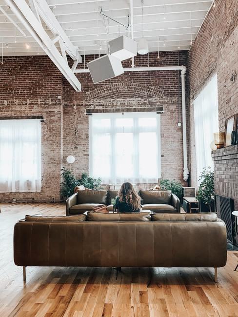 salon style industriel avec mur en brique
