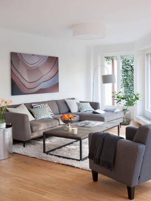 tableau, canapé gris, tapis blanc
