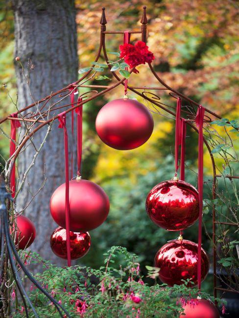 boules de noel rouges suspendues sur un arbre en exterieur