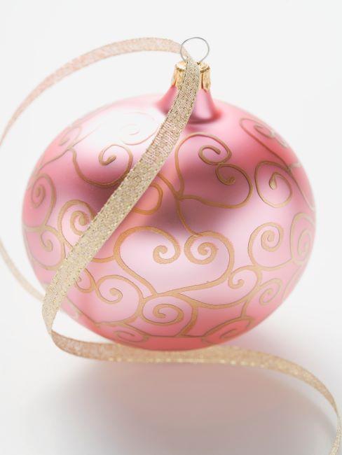 boule de noel rose à motifs avec ruban dore