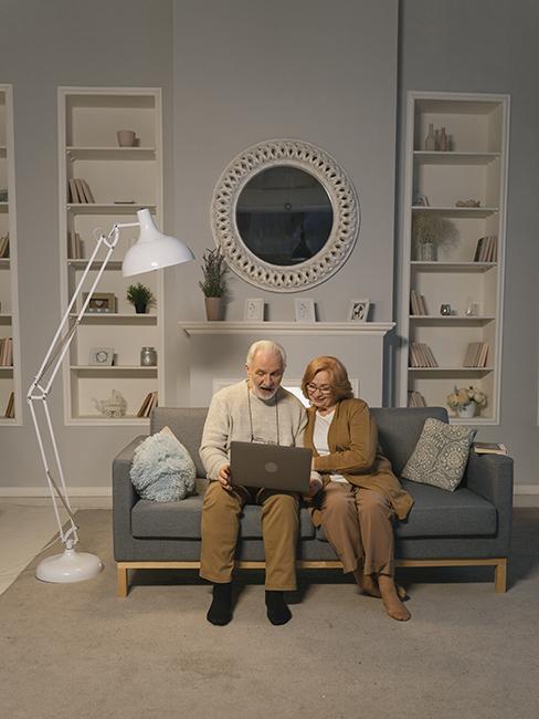 visio grands-parents dans le salon