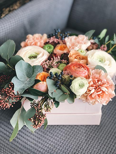 cadeau pour grand-mère boite rose avec un bouquet de fleurs