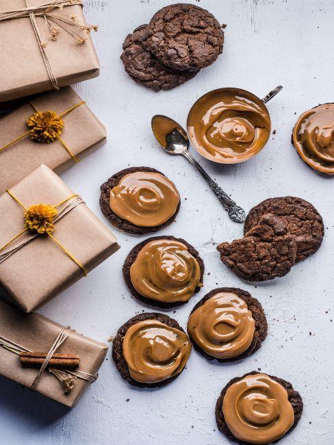 emballage papier kraft, gateaux, muffins, noel, idee cadeau gourmand