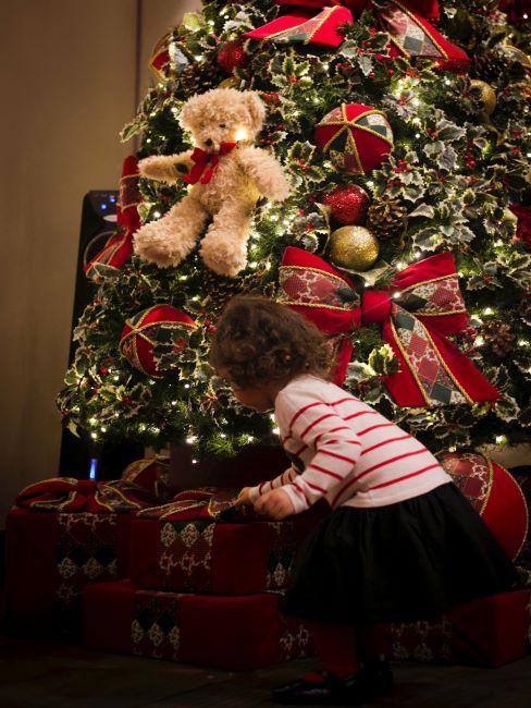 cadeau enfant,fillette, ours en pelcuhe sur sapin de noel decore