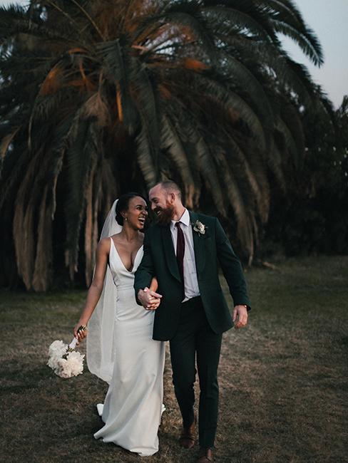 couple de mariés avec palmies