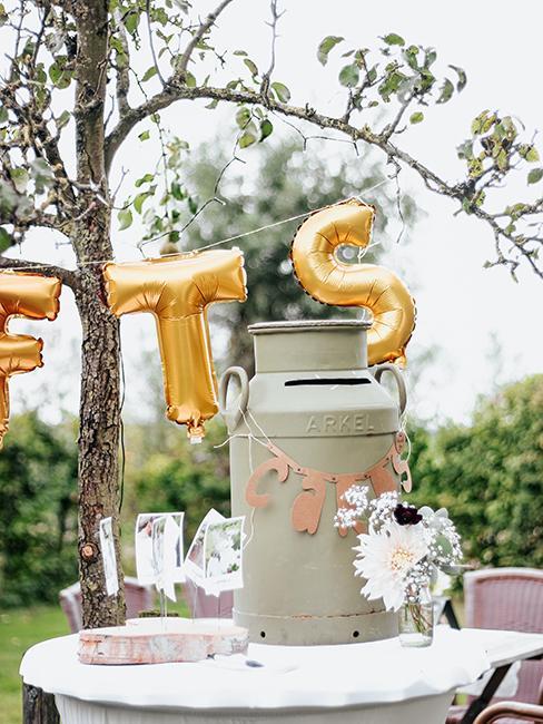 cadeau de mariage original avec urne réalisée avec un ancien pot à lait en métal comme urne de mariage