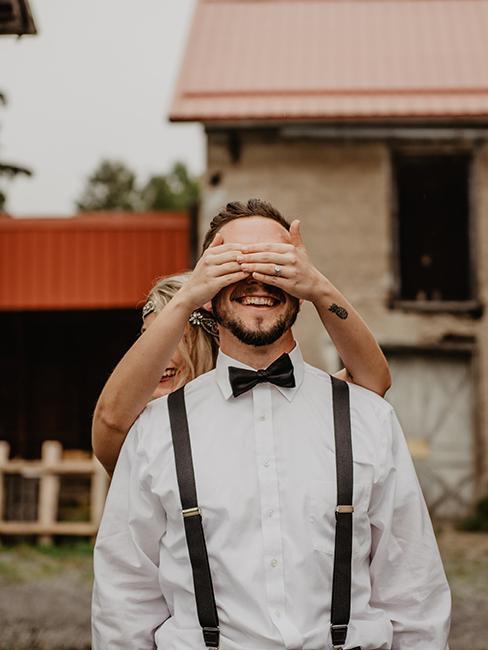 mariée entrain de faire une suprise au marié