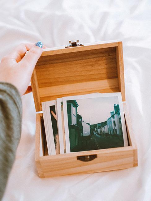 cadeau de mariage origina avec une boite en bois avec des photos souvenirs