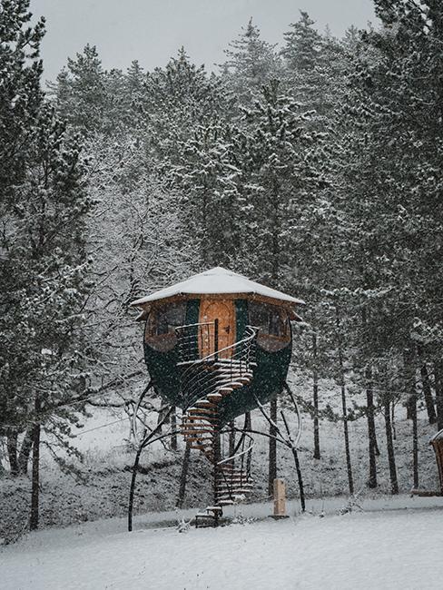 cabane en bois dans la forêt avec de la neige