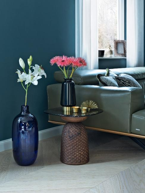 fauteuil en cuir vert foncé mur bleu foncé