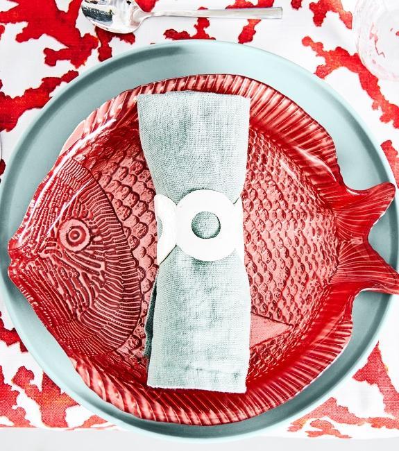 assiette en forme de poisson rouge et rond de serviette poisson