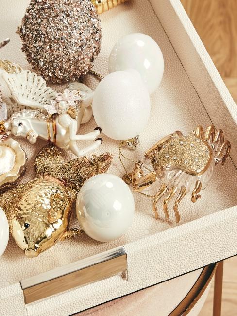 décoration coquillages et poissons dorés sur plateau