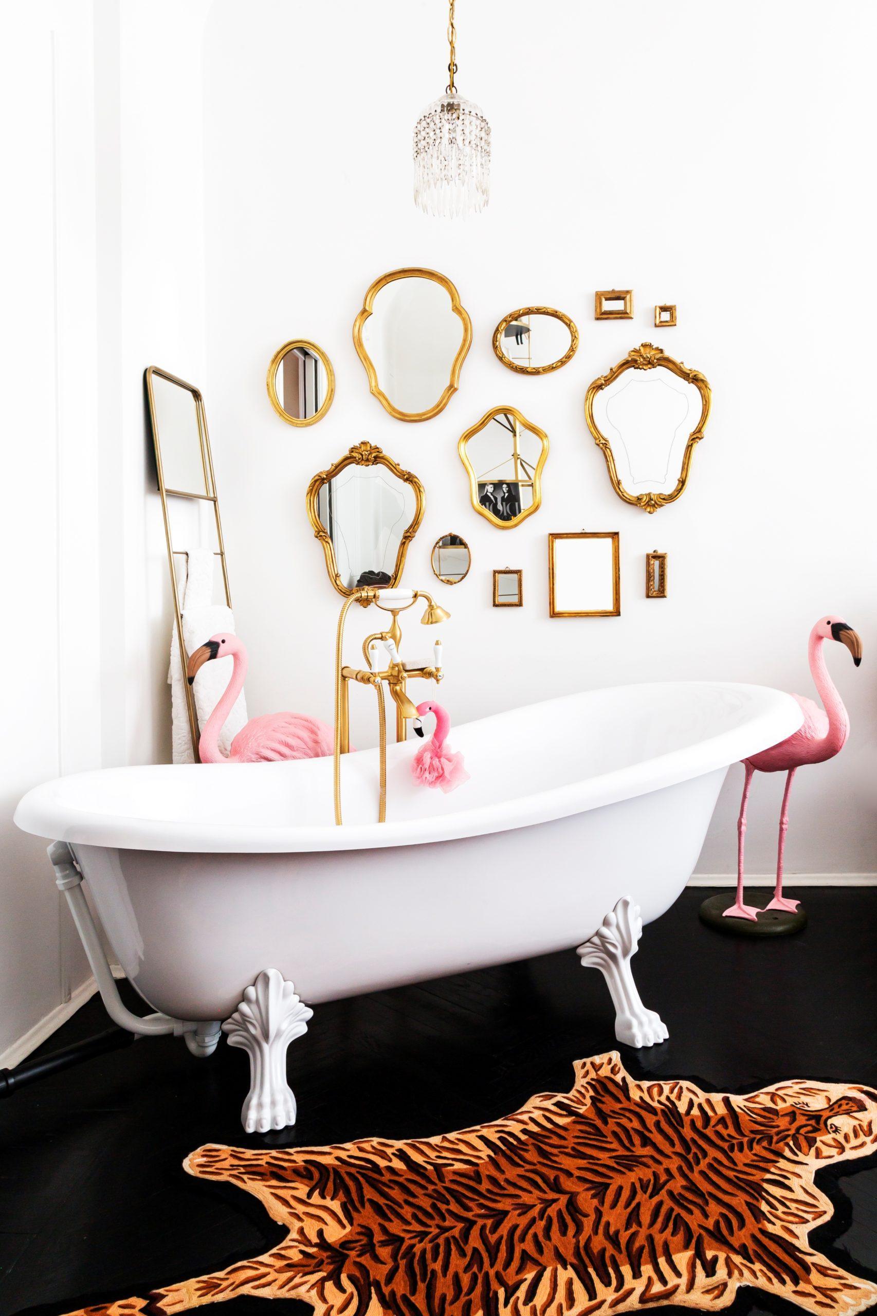 miroirs dorés style baroque dans salle de bain avec baignoire