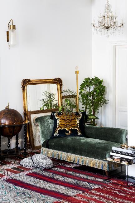Miroir baroque doré dans salon vintage