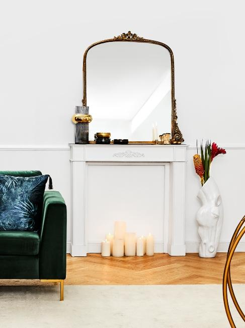 Miroir doré baroque posé sur cheminée blanche