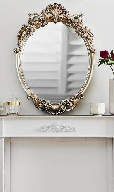 Miroir ovale style baroque posé sur cheminée