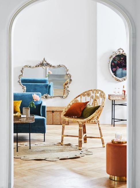Miroir baroque dans salon avec chaise en osier