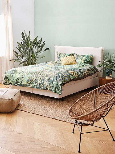 chambre style tropical avec mur vert sauge