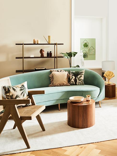 salon tropical avec canapé vert sauge