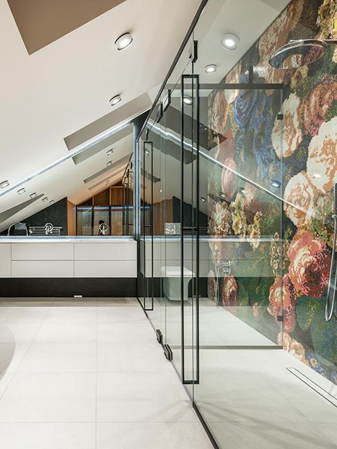 salle de bain mansardée avec douche à l'italienne et papier peint floral