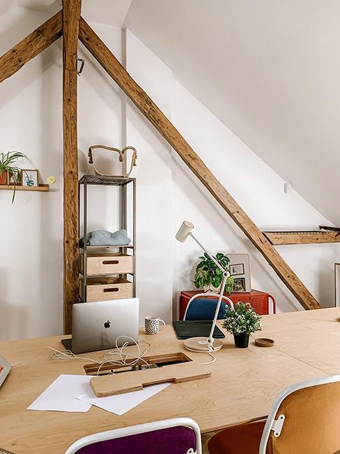 bureau mansardé avec table en bois