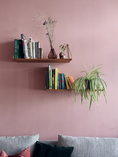 mur rose avec étagères murales