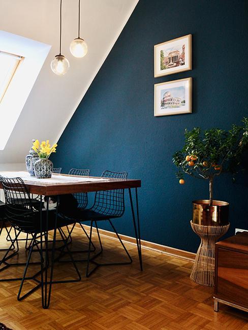 salle à manger mansardée avec mur bleu