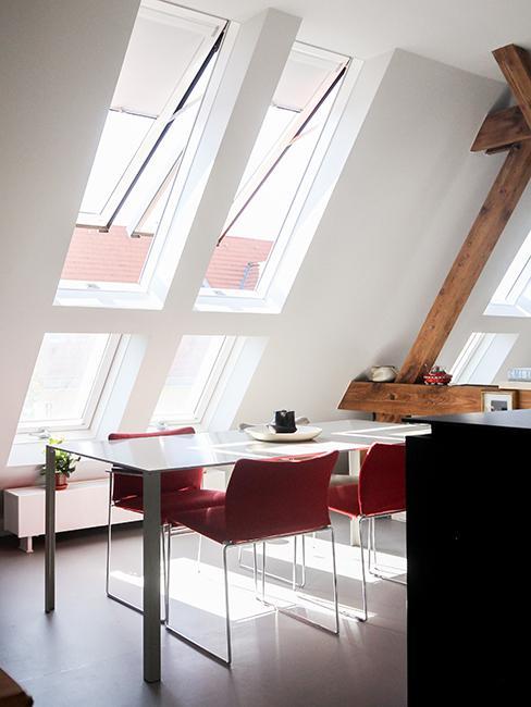 cuisine sous les toits avec chaises roses