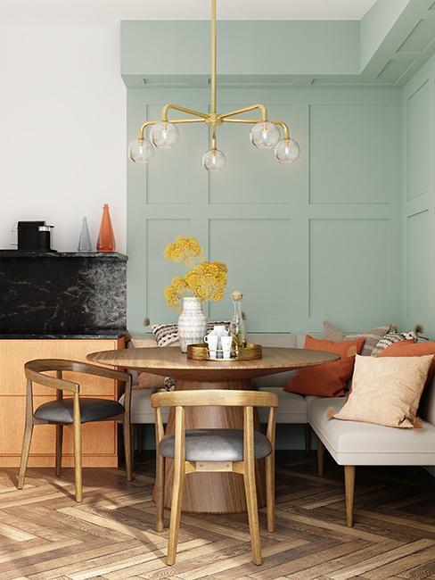salle à manger avec mur vert