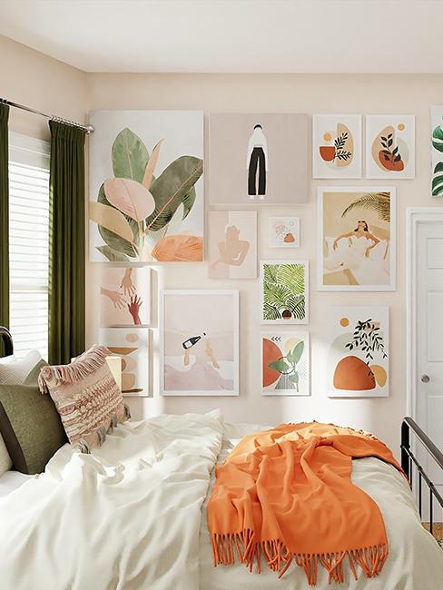 chambre moderne avec murs de cadres