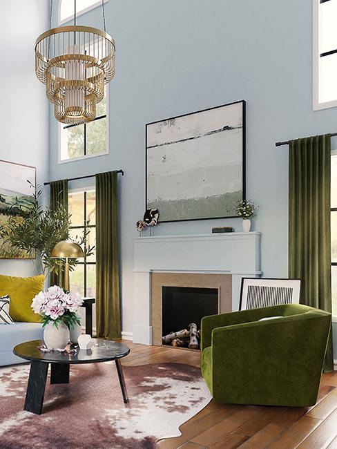 salon avec mur bleu et fauteuil vert