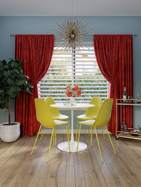 salle à manger avec chaises jaunes et mur bleu