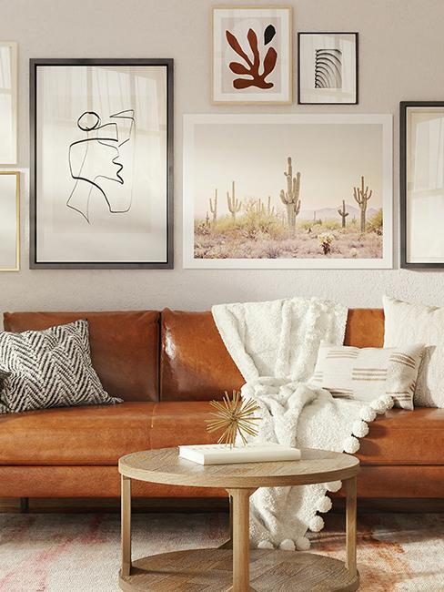 salon avec mur de cadres