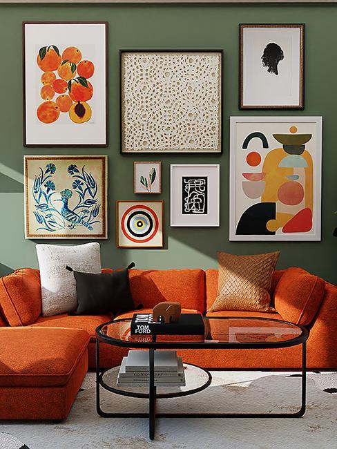 salon coloré avec canapé orange et mur de cadres