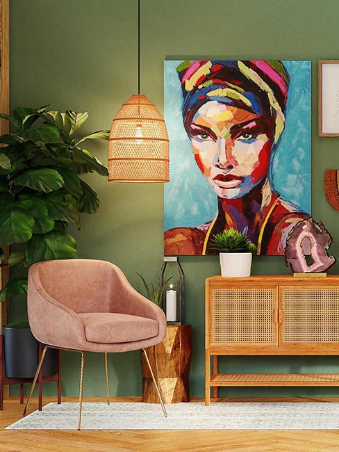 salon avec fauteuil rose et mur vert