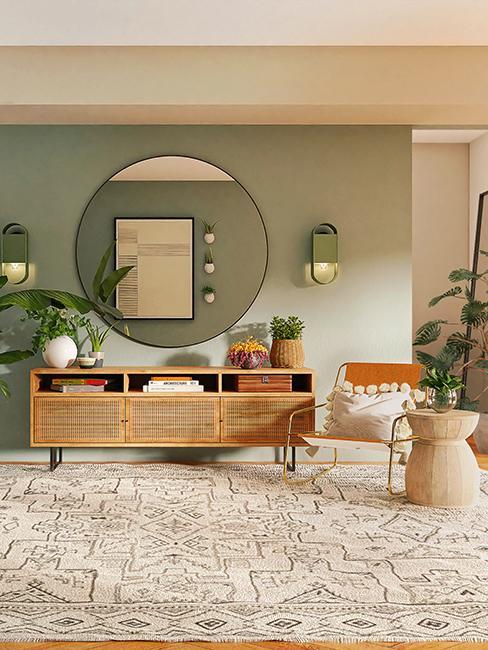 salon avec grand miroir rond et commode