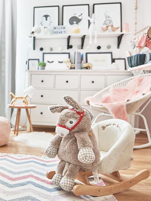 chambre d'enfant avec jouet à bascule