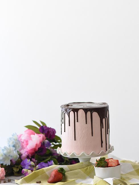 layer cake rose et coulis de chocolat
