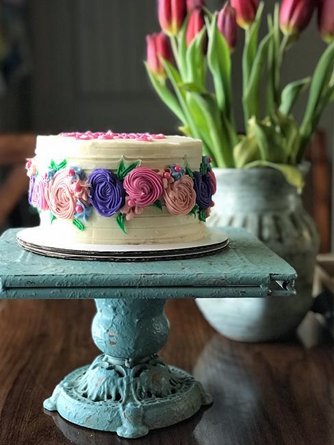 layer cake avec enrobage cream cheese et fleurs en décoration
