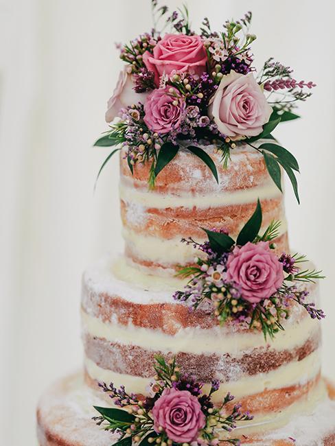 Pièce montée de nude cakes avec des fleurs