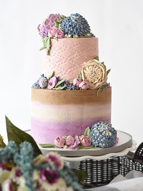 pièce montée avec des couleurs pastel et des fleurs