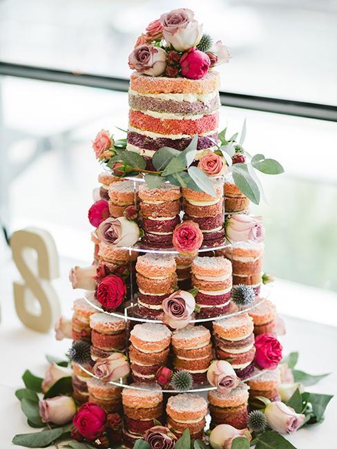Pièce montée réalisée avec des petits nude cake colorés