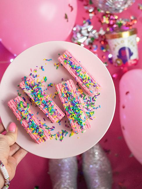 Morceaux de gâteau rose avec paillettes colorées