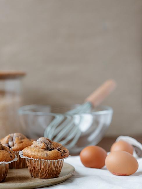 muffins posée sur une table avec des oeufs et un saladier