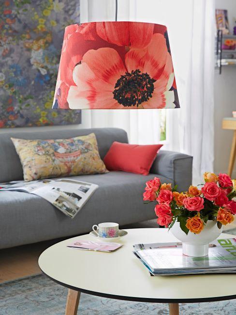 canapé gris simple avec coussins rouge et coloré, grande suspension à imprimé fleurs rouges