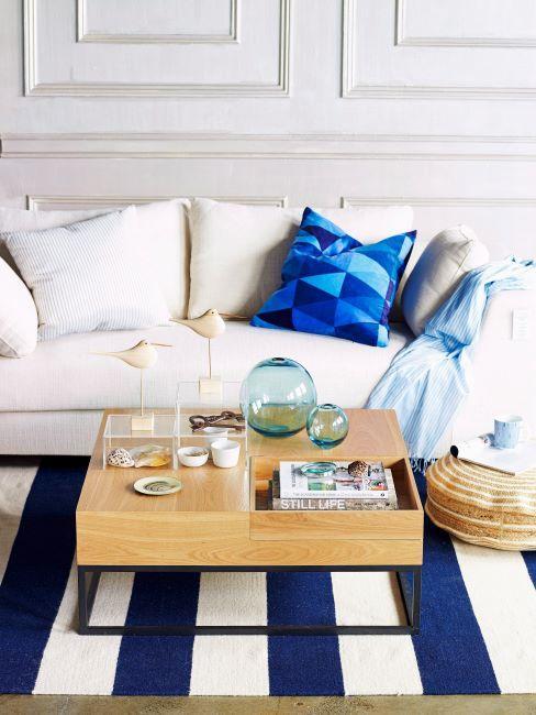 canapé blanc très moelleux, table basse en bois style japonais, salon style marin, style estival, coussins et tapis blanc bleu