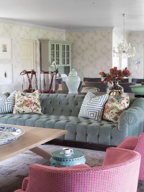 salon rustique, canapé capitonnée vert pastel, tapisserie, fauteuils roses