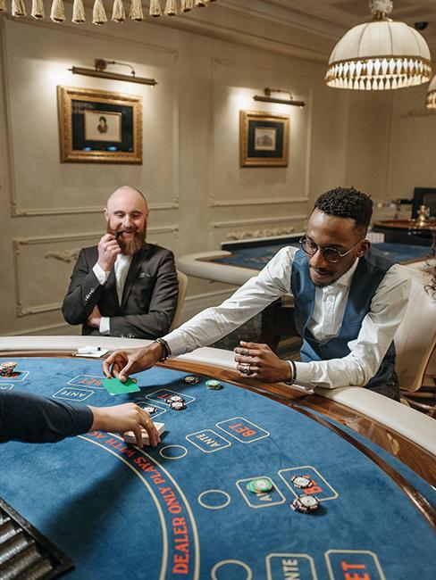 amis entrain de jouer au poker